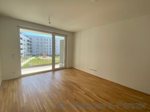 großes, helles Wohnzimmer mit offener Küche angrenzend