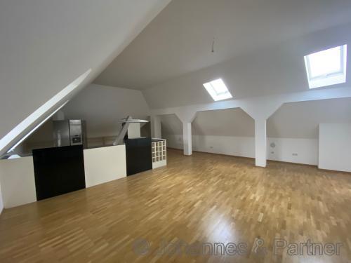 großer und heller Büro-/ Wohn-/ Essbereich