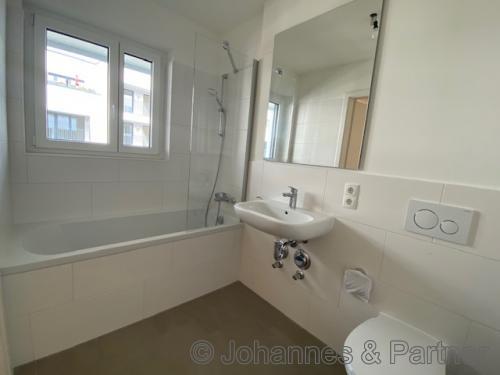 Bad mit Badewanne und Fenster