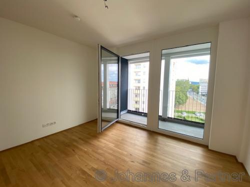 großzügiger Wohnbereich mit Balkon