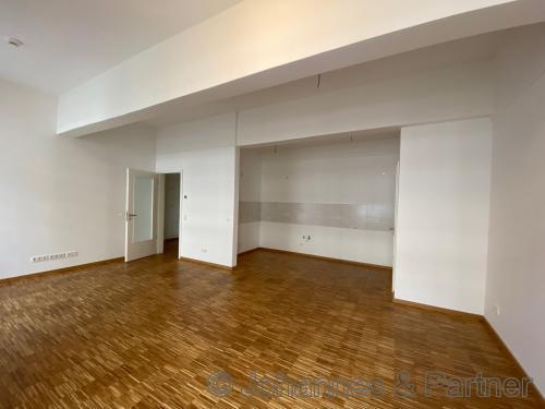 großes, helles Wohnzimmer (Foto aus einer fertigen Wohnung im 1. BA)