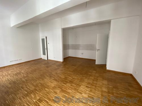 großes, helles Wohnzimmer mit offener Küche (Foto aus einer fertigen Wohnung im 1. BA)