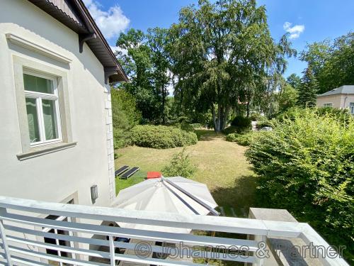 Blick vom Balkon im Obergeschoss in den Garten