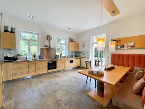 große und sehr helle Wohnküche