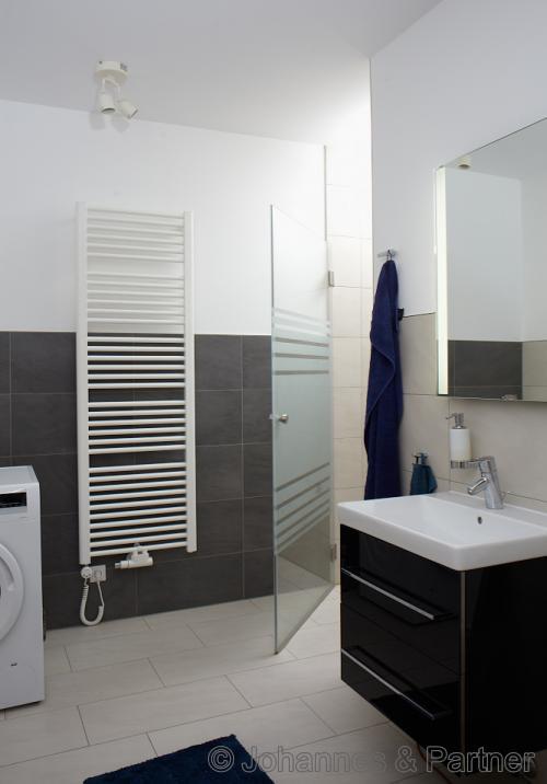 Gäste-Bad mit Dusche und WM-Anschluss