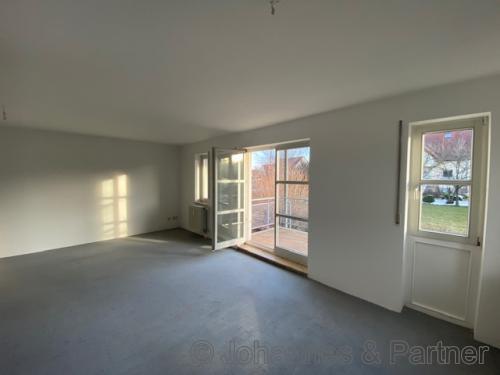 großes, helles Wohnzimmer (vor Renovierung)