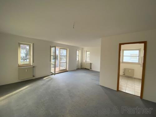 Wohnzimmer und Küche (vor Renovierung)