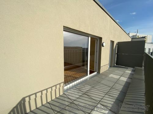 großer, sonniger Balkon