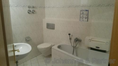 Bad mit Badewanne  (Foto aus der Wohnung nebenan)