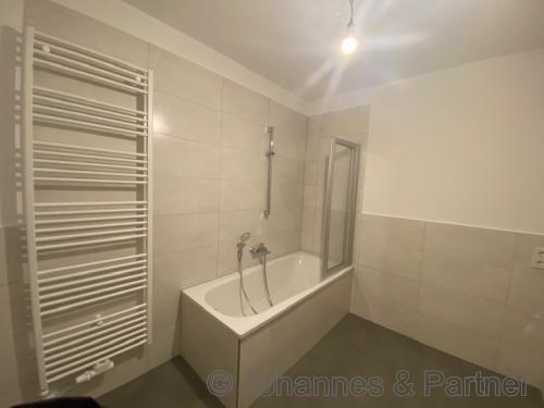 Bad mit Badewanne (Beispielfoto)