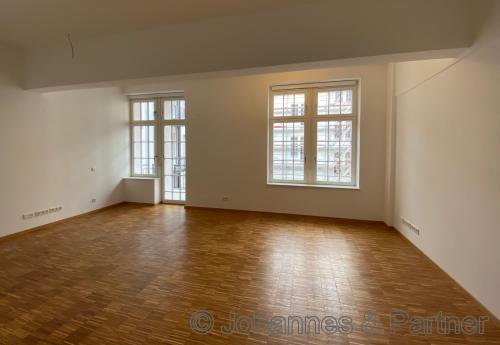 großes, helles Wohnzimmer mit Balkon (ähnlich)