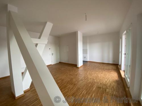 großes, helles Wohnzimmer mit Balkon (Beispielfoto)