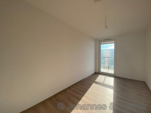großes, helles Zimmer mit Terrasse