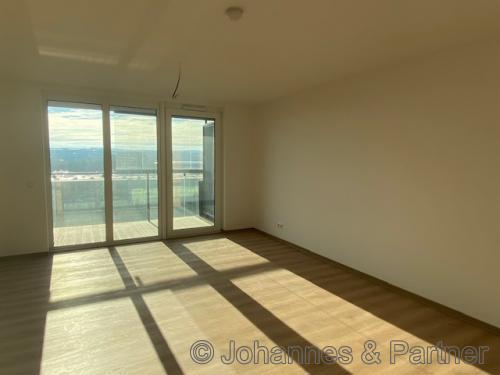großes, helles Wohnzimmer mit Balkon