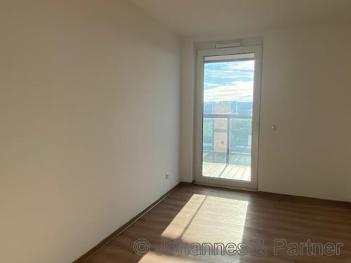 großes, helles Zimmer mit Balkon