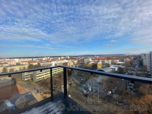großer Balkon und Ausblick