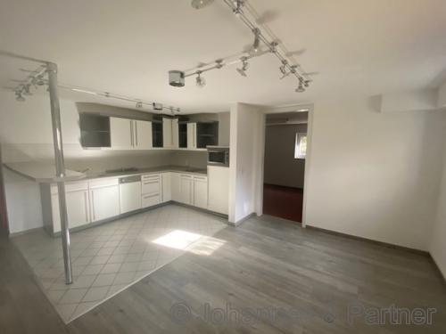 Küche mit Einbauküche und Möglichkeit für einen Sitzplatz in der unteren Ebene