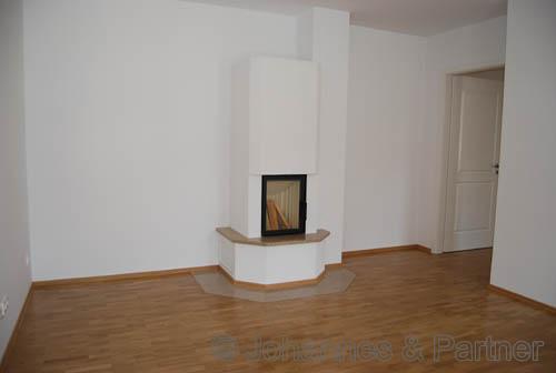 Teil des großen Wohnzimmers mit Kamin