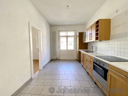 große Wohnküche mit Abstellraum