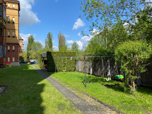 Garten und Spielplatz im Hof