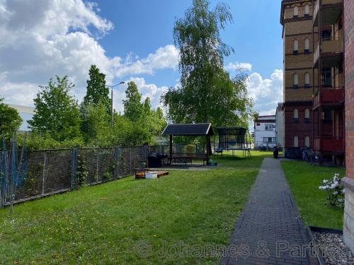 Hof mit kleinem Spiel- und Grillplatz
