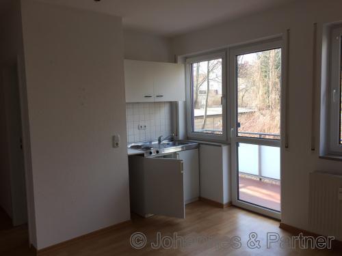 Wohnzimmer und Tür zum Balkon