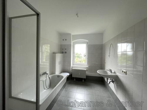 Bad mit Badewanne, Dusche und Fenster