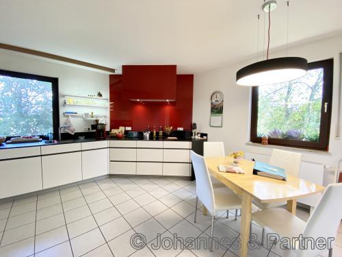 große Wohnküche mit hochwertiger fast neuer Einbauküche