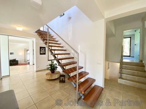 helles Haus und sehr moderner und individueller Grundriss mit verschiedenen Ebenen im Haus